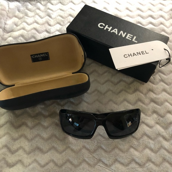 131a4ddbce5 CHANEL Accessories - CHANEL Mother of Pearl CC Sunglasses Black-